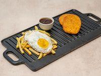 2 medallones de pollo y papas fritas con huevo