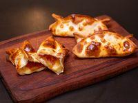 Empanada de muzzarella, tomate y albahaca