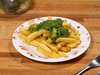 Papas fritas con salsa crudivegana de brócoli
