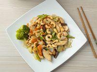 Plato de pollo con pepita de marañon y vegetal