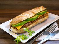 Sándwich de carne mechada con queso cheddar y palta