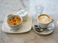 Energético - Café con leche o té + yogurt + granola + miel