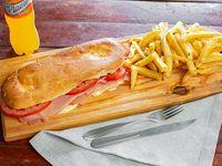 Tostado de jamón, queso y tomate con papas fritas y jugo de 600ml
