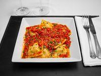 Ravioli de ricota, jamón y queso con salsa pomodoro