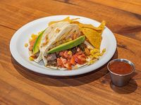 Tacos de carne de ternera mechada, acompañado con nachos y salsa H O T. 2 unidades