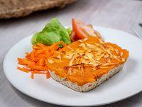 Pastel de pollo y calabaza con ensalada de lechuga, tomate y zanahoria