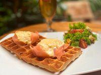 Waffles con Huevos Pochados y Salmón Ahumado