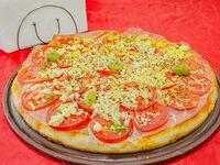 Pizza jamón, tomate y huevo
