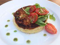 Provoleta apanada en panko,rellena de tomate secos y pesto