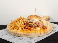 Súper Ragnar burger con papas fritas