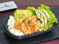 Ensalada Poked langostinos salteados con base de arroz de sushi