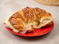 Promo desayuno 3 - Medialuna rellena de jamón y queso + bebida