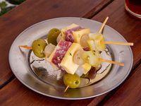 4 Pinchos de salame + salsa a elección