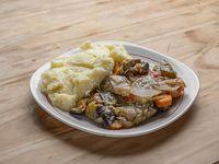 Carne estofada con verduras y guarnición