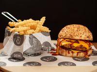 Burger rooster cheese con papas fritas