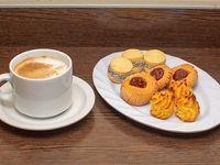 Tentación 1 - café con leche +  100 g especialidades dulces (alfajorcitos de maicena, pepas, coquitos)