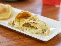 Empanada de queso y cebolla caramelizada