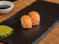 Niguiris de salmón fresco (2 piezas)