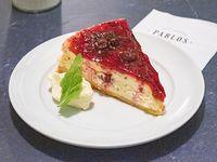 Cheesecake NY con frutos rojos y crema chantilly