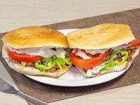 2 Sándwich (14 cm) de churrasco con tomate, porotos verdes, ají verde y mayonesa + 1 bebida de 350 ml