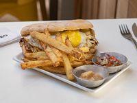 Sándwich criollo con papas fritas