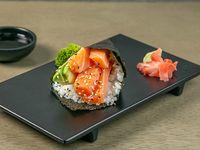 Temaki de salmón con queso crema y aguacate
