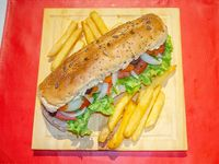 Sándwich de vegetales frescos con porción de papas fritas