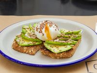 Tostada de pan y semillas con palta y huevo soft