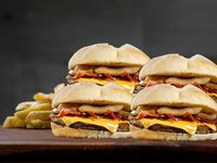 4 hamburguesas 120 g de carne, dos fetas de cheddar, cebolla caramelizada + papas fritas