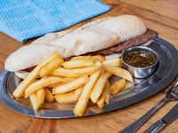 Sándwich de picaña con papas fritas