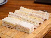 Sándwich triple de jamón y queso en pan blanco