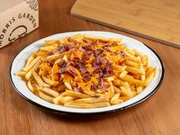 Papas fritas con queso cheddar y bacon