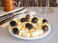 Queso armenio y olivas negras condimentadas