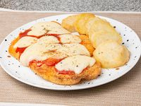 Suprema de pollo a la napolitana con papas al horno