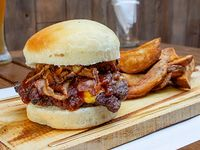 Hamburguesa bacon BBQ Jack Daniels con papas rústicas