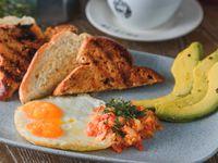 Huevos con Hogao y Aguacate