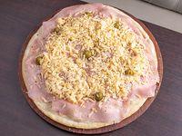 Pizza con muzzarella, jamón y provolone