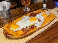 Pizza mozzarella, queso cheddar, panceta crocante y huevo frito (grande, comen 2)