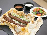 Shish kebab de carne 2 unidades + ensalada