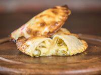 04. Empanada de queso y aceitunas