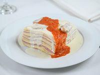 Lasaña de jamón y queso con salsa carusso y salsa de tomate