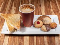 Sándwich de miga + café mediano +  5 galletas clásicas