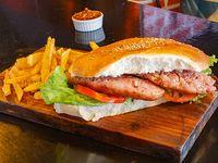 Sándwich de chorizo con lechuga y tomate