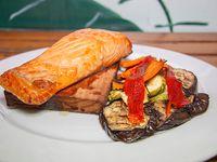 Salmón al cedro con vegetales grill