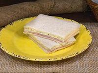 Sándwich triple especial de jamón y roquefort