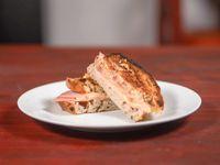 Sándwich clásico de jamón y queso