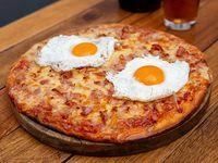 Pizza con panceta y 2 huevos fritos
