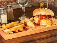 Hamburguesa con cheddar, cebolla caramelizada, panceta, barbacoa y papas fritas