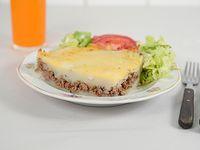 Pastel de carne con ensalada y pan
