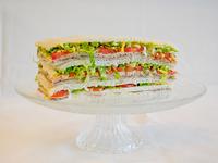 20 - Sándwiches de ternera, lechuga, tomate, huevo y aceitunas verdes